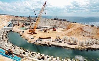 整備が進む「北大東漁港」。20トンの大型漁船45隻ほどが停泊できる広さだ=4日、北大東村南