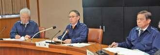 3例目の豚コレラ発生を発表する玉城デニー知事(中央)=10日午後、沖縄県庁