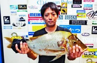 石川海岸で68・5センチ、3・72キロのタマンを釣った比嘉滋さん=5月28日
