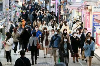 マスク姿で東京・原宿の竹下通りを行き交う人たち。都内の新たな新型コロナウイルス感染者数が過去最多となった=27日午後