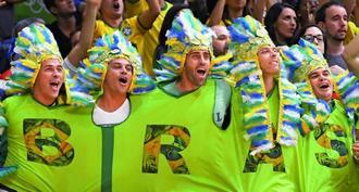 バレーボール会場でブラジルがマッチポイントを迎え、大盛り上がりのファン=10日、リオデジャネイロ(共同)