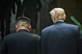 会談会場のホテルを並んで歩く北朝鮮の金正恩朝鮮労働党委員長(左)とトランプ米大統領=12日、シンガポール(ロイター=共同)