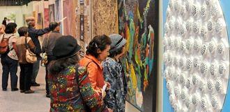 第66回沖展が開幕。多くの来場者が訪れ、熱心に作品を鑑賞した=22日、浦添市民体育館