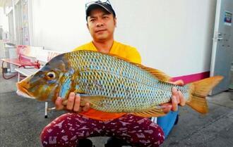 与勝海岸で72センチ、4.43キロのタマンを釣った中山聡さん=14日