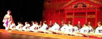 多くの出演者の演舞が披露された創立50周年記念公演=ロサンゼルス郊外