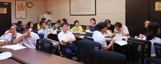 沖縄県からの依頼について説明を聞く台湾の研究者ら=10日、台湾