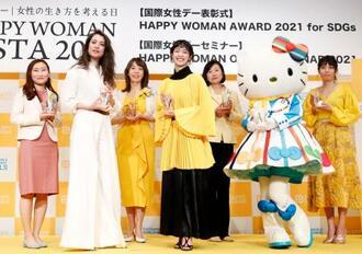 国際女性デーのイベントでSDGsに貢献したとして表彰された、一般社団法人「Colabo」代表の仁藤夢乃さん(左端)、俳優の剛力彩芽さん(左から4人目)、ハローキティら=8日午後、東京都内のホテル