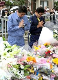 首相、学校の安全確保に決意 塀倒壊現場で犠牲女児へ献花