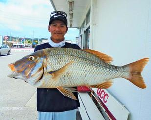 東海岸で74・0センチ、4・61キロのタマンを釣ったNew Jack Anglerの前健太さん=7月16日