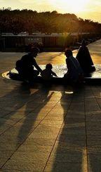 戦没者の名前が刻まれた平和の礎には年の瀬にも多くの人が訪れた=30日午後、糸満市摩文仁・平和祈念公園(伊藤桃子撮影)