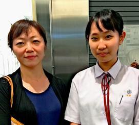 三線新人賞に合格した高橋楓凪さん(右)と師匠の小畑香代恵さん