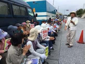 辺野古新基地建設に反対する沖縄平和運動センターの山城博治議長(右)は、米軍キャンプ・シュワブゲート前でマイクを握って基地反対の声を上げた=21日、名護市辺野古