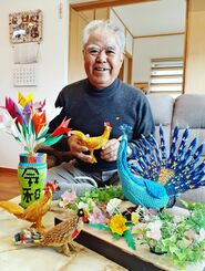 伊波盛吉さんと数々の折り紙作品=19日、宜野湾市嘉数の自宅