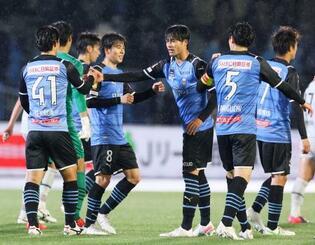 福岡に快勝し、タッチを交わす三笘(右から3人目)ら川崎イレブン=等々力