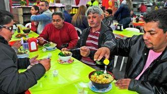 沖縄そばは、地球の反対側でも人気だ。ブラジル人の好みは濃い味といい、しょうゆをかけて食べる人もいる=8月13日、カンポグランデ市の中央市場