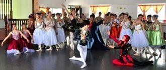 バレエフェスタの出演者ら=那覇市・N・Sバレエアカデミー新都心校
