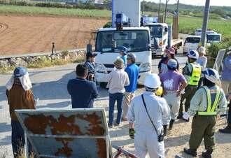 弾薬庫建設に反対する市民らが「違法工事を許さない」と、トラックの進入を阻止=7日、午前8時47分、宮古島市城辺保良