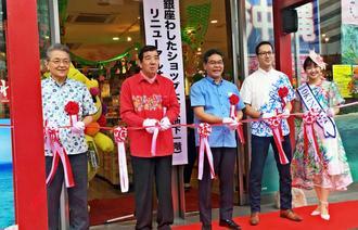 リニューアルオープンでテープカットする県物産公社の島袋芳敬社長(左)ら=4月26日、東京・銀座