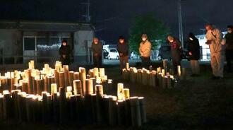 熊本県益城町の木山仮設団地で、本震の発生時刻に合わせ、黙とうする人たち=16日未明