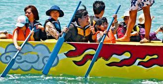 体験乗船した子どもたちも一生懸命こいでいた=4日、那覇市・那覇港新港ふ頭