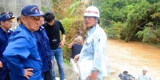 増水した比謝川を視察する仲井真弘多県知事=嘉手納町屋良