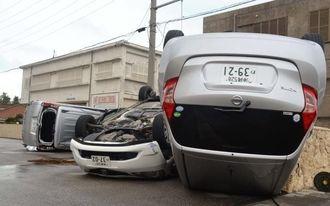 台風15号の強風によって横転し大破したレンタカー=8月24日、石垣市新川