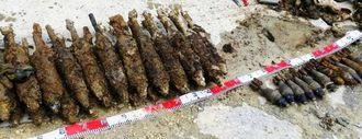八重瀬町志多伯東交差点近くの水道配管工事現場で見つかった81ミリ(左側)などの米国製迫撃砲弾
