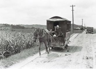糸満と那覇を結んだ軌道馬車。写真に収めた大阪朝日新聞の連載「海洋ニッポン」第5回では、行商の女性「カミアチネー(糸満では「カミアキネー」)たちが那覇に向かうとき「三里(約12キロ)の磯浜をひた走りに、あるいは趣味ゆたかな軌道馬車にうちのって、芋畑をゆられながらやってくるのだ」と描かれている(写真は朝日新聞提供)