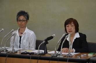 記者会見で「メディアで働く女性ネットワーク」設立を発表する代表世話人の林美子さん(右)と松元千枝さん=東京・厚生労働省