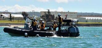 辺野古沖の訓練でシュノーケルで岸に向かって泳ぐ海上保安庁の職員=15日午前9時54分