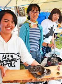 えぇっ!ハブをスープに? キモうま女子会がフェスで出品 沖縄・国頭村