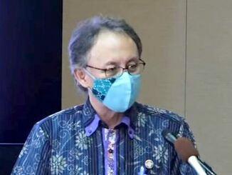 記者会見で新型コロナウイルス緊急事態宣言に基づく8月1日以降の対応方針を発表する玉城デニー知事=29日午後、県庁
