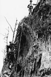 沖縄戦当時、日米両軍の激戦が繰り広げられた前田高地の絶壁(うらおそい歴史ガイド友の会提供)