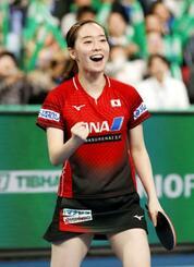 女子準々決勝でルーマニアを破り、ガッツポーズする石川佳純=東京体育館