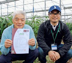 アジアギャップの認証を取得した八重瀬町のマンゴー農家、伊集守康さん(左)と息子の永さん=2日、八重瀬町
