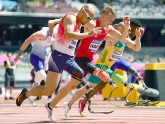 男子100メートル(T42)予選 力走する山本篤(手前)=ロンドン(共同)