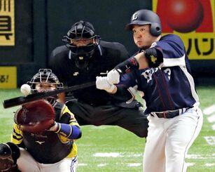 6回西武無死、山川が左越えに通算150本塁打を放つ。捕手高谷=ペイペイドーム