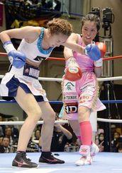9回、神田桃子(左)を攻める池原シーサー久美子=後楽園ホール
