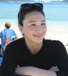 「沖縄の自然を、思い切り楽しんでほしい」と話す知花くららさん=5月30日、座間味村阿嘉・北浜ビーチ