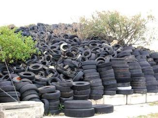 11万個余りの廃タイヤが山積みにされている現場=8日、西原町小那覇