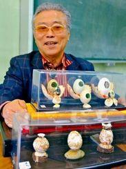 卵を使って作品を生み出す照屋正元さん=西原町中央公民館