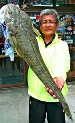 西崎漁港で72センチのコチを釣った吉門操さん=25日