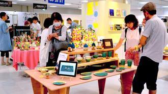 新しい、ユニークな県産品を紹介している6階催事場=4日、那覇市のデパートリウボウ