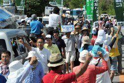 ヘリパッド建設に反対し、デモ行進する県議会の与党会派議員と市民ら=20日午前、東村高江