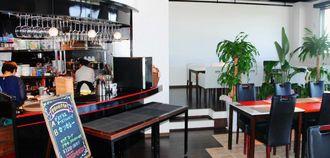 スクリーンやステージも設置できる広々とした店内