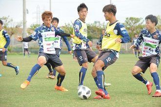 群馬戦に向けて調整するFC琉球の選手=東風平運動公園サッカー場(新垣亮撮影)