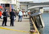 タンクローリーが海に転落、神戸 男性死亡