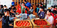 豊見城産トマト 給食にJA提供/豊崎小で昼食会