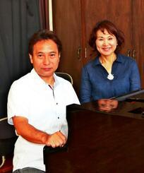 「各家庭でハーレー歌を継承してほしい」と願う喜納健仁さん(左)と留美子さん夫妻=11日、森の音楽館