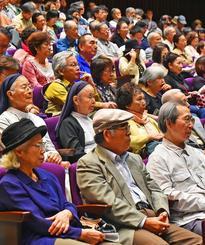 講演に熱心に耳を傾ける参加者。満席の約360人が来場した=21日午後、那覇市久茂地・タイムスホール